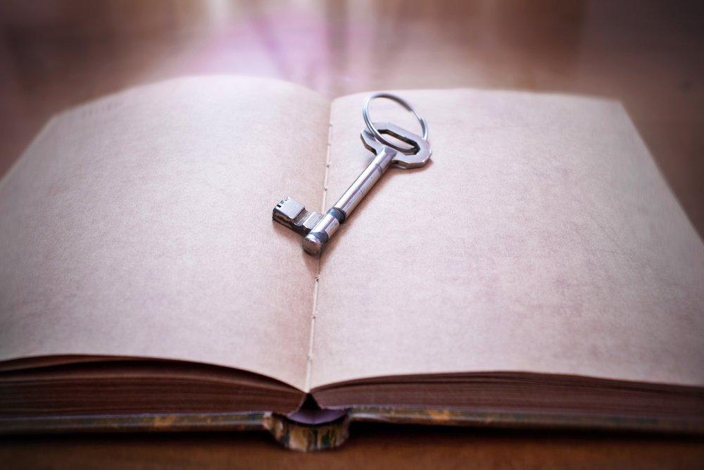 Cómo hacer un Escape Room en casa une llava et un libro